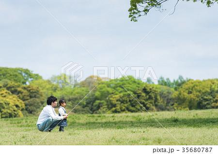公園で遊ぶ親子(パパと娘) 35680787