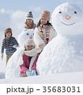 雪だるまの周りで微笑む小学生 35683031