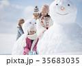 雪だるまの周りで微笑む小学生 35683035