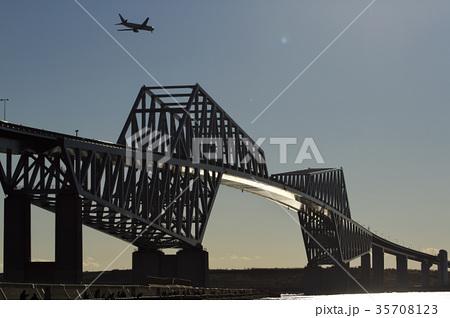 東京ゲートブリッジと飛行機 35708123
