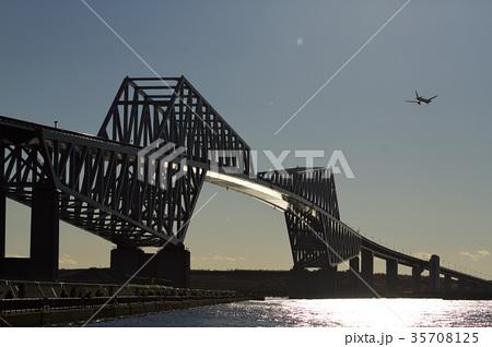 東京ゲートブリッジと飛行機 35708125