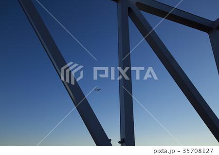 東京ゲートブリッジと飛行機 35708127