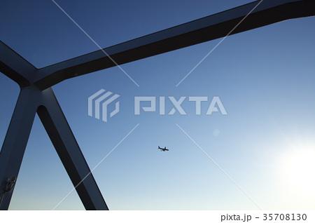 東京ゲートブリッジと飛行機 35708130