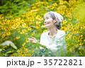花畑でくつろぐシニア女性 35722821