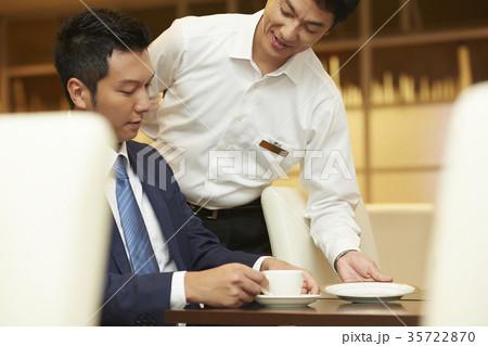 ホテルで働く男性 レストラン 35722870