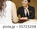 ホテルで働く女性 フロント 35723208