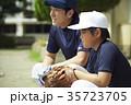 少年野球 練習 監督と男の子 35723705