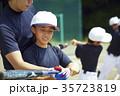 少年野球 バッティングの練習をする女の子 ポートレート 35723819