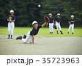 少年野球 試合 ボールをキャッチする男の子 35723963