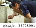 少年野球 休憩 水道 顔を洗う男の子 35723991