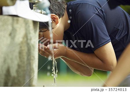 少年野球 休憩 水道 顔を洗う男の子 35724013