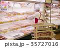 スーパー 精肉コーナー 女性の写真 35727016