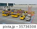 空港の貨物運搬車 35736308