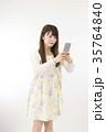 人物 女性 20代 白背景 スマホ ニーショット 縦 撮影 35764840
