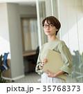 ビジネスウーマン オフィス ミドル カジュアルビジネス イメージ 35768373