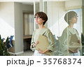 ビジネスウーマン オフィス ミドル カジュアルビジネス イメージ 35768374