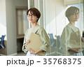 ビジネスウーマン オフィス ミドル カジュアルビジネス イメージ 35768375
