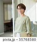 ビジネスウーマン オフィス ミドル カジュアルビジネス イメージ 35768380