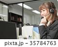 笑顔で電話をする女性 35784763