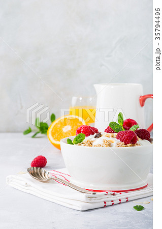 Healthy breakfast with granola and berriesの写真素材 [35794496] - PIXTA