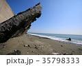 高波で壊れた道路の支柱 35798333