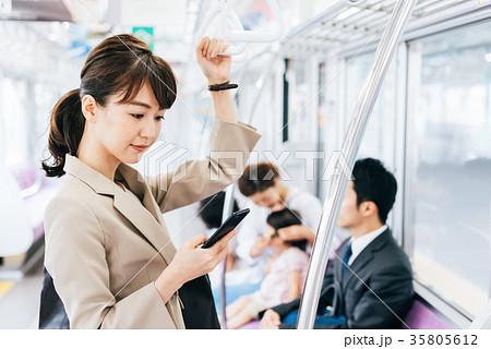 ビジネス 女性 電車 撮影協力・京王電鉄株式会社 35805612