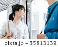 若い男女 電車 撮影協力・京王電鉄株式会 35813139
