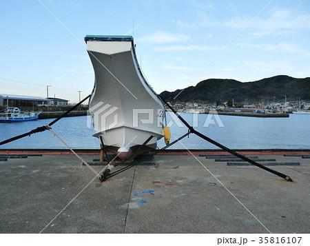 台風に備えて漁船を陸揚げしてロープで固定します 35816107