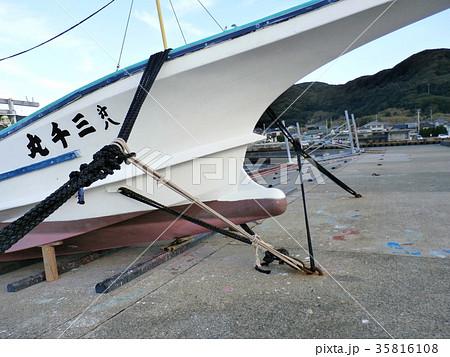 台風に備えて漁船を陸揚げしてロープで固定します 35816108