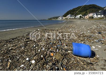 台風後の秋谷海岸に打ち上げられた大量のゴミ 35904723