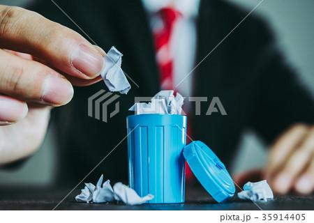 ビジネスマンとゴミ箱 35914405