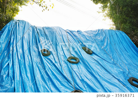 がけ崩れ現場を覆うブルーシート 35916371