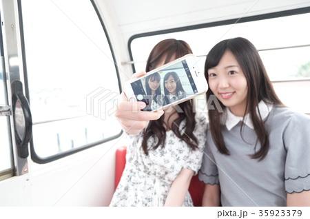 観覧車の中でSNS投稿用に自撮りをする清楚系女の子二人 35923379