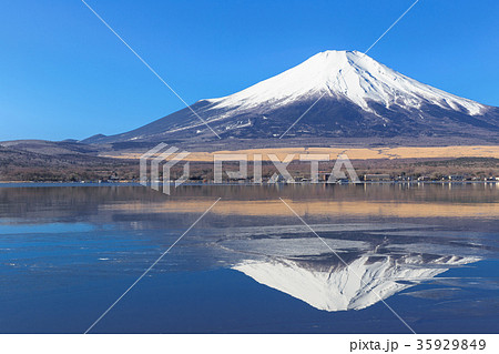 山中湖_薄氷と逆富士 35929849