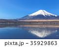 山中湖_薄氷と逆富士 35929863