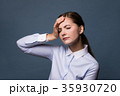 頭痛の女性 35930720