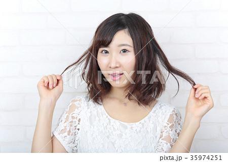若い女性 ヘアスタイル 35974251