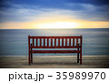 ビーチ 夕暮れ ベンチの写真 35989970