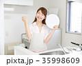 女性 キッチン ガッツポーズ 35998609