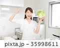 女性 キッチン ガッツポーズ 35998611