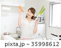 女性 キッチン 笑顔 35998612