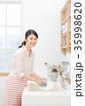 女性 キッチン 皿洗い 35998620