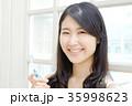 歯磨きする女性 35998623