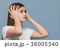 頭を抱える女性 36005340