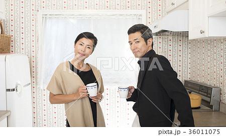 夫婦 会話 キッチンの写真素材 [36011075] - PIXTA
