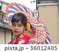 番傘をさした着物姿の女性 振袖 京都観光イメージ 36012405