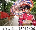 番傘をさした着物姿の女性 振袖 京都観光イメージ 36012406