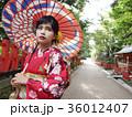 番傘をさした着物姿の女性 振袖 京都観光イメージ 36012407