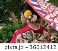 番傘をさした着物姿の女性 振袖 京都観光イメージ 36012412