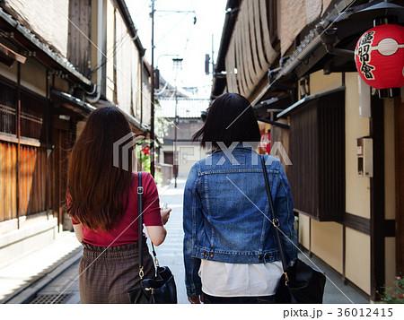 女子旅 京都観光 祇園 後ろ姿 36012415